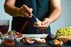 Концепция рецепта еды Тосты сыра, смоквы Bruschetta с смоквами и козий сыром домодельно здоровый vegetarian питания стоковое изображение rf