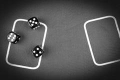 концепция риска - играть кость на зеленой таблице игры Играть игру с костью Красные крены кости казино Свертывать концепцию кости Стоковая Фотография