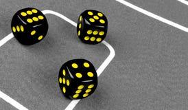 концепция риска - играть кость на зеленой таблице игры Играть игру с костью Красные крены кости казино Свертывать концепцию кости Стоковое Фото