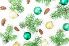Концепция рождества деревьев зимы, конусов сосны и шариков рождества на белой предпосылке Новый Год состава Плоское положение, вз Стоковые Изображения