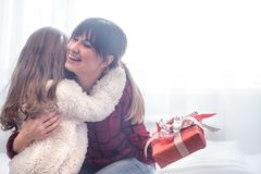 Концепция рождества, дочь дает подарок ее матери стоковое изображение rf
