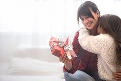 Концепция рождества, дочь дает подарок ее матери стоковые фото