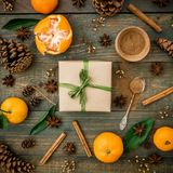 Концепция рождества или Нового Года с конусами коробки, мандарина, циннамона и сосны ремесла подарка на деревянной предпосылке Пл Стоковое Изображение
