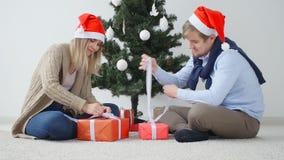 Концепция рождества и счастливого Нового Года Счастливое молодое открытие пар подарки на рождество видеоматериал