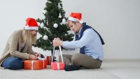 Концепция рождества и счастливого Нового Года Счастливое молодое открытие пар подарки на рождество акции видеоматериалы