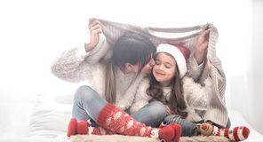 Концепция рождества, мама и ее игра дочери стоковое фото rf