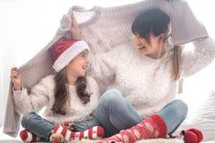 Концепция рождества, мама и ее игра дочери стоковое изображение