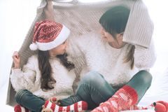 Концепция рождества, мама и ее игра дочери стоковое изображение rf