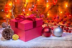 Концепция рождества с красными подарочной коробкой, конусом, шариками, гирляндой и fe Стоковые Фотографии RF