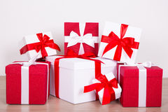 Концепция рождества - близкая вверх коробок красных и белизны присутствующих Стоковые Фото