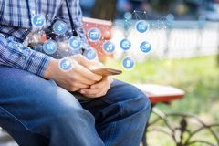 Концепция роль социальных сетей в обычной жизни стоковые фото