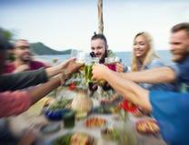 Концепция друзей торжества официальныйа обед лета пляжа Стоковые Изображения RF