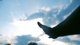 Концепция руки вероисповедания на предпосылке голубого неба рука человека протягивает к вере и неге бога образа жизни сток-видео