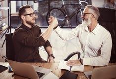 Концепция рукопожатия партнерства дела Процесс handshaking бизнесмена фото 2 Успешное дело после большой встречи стоковое изображение rf
