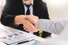 Концепция рукопожатия согласования деловой встречи, удерживание руки после заканчивать вверх общаясь проект или успех торговой сд стоковая фотография