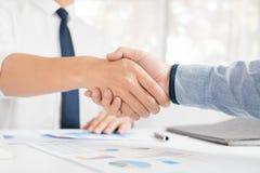Концепция рукопожатия согласования деловой встречи, удерживание руки после заканчивать вверх общаясь проект или успех торговой сд стоковое фото rf