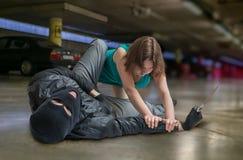 Концепция самозащитой Молодая женщина воюет с уличным вором или похитителем Стоковая Фотография RF