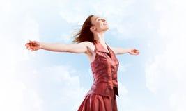 Концепция свободы и счастья с девушкой наслаждаясь этой жизнью стоковое фото rf