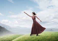 Концепция свободы и счастья с девушкой наслаждаясь этой жизнью стоковая фотография rf