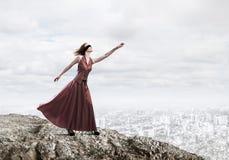 Концепция свободы и счастья с девушкой наслаждаясь этой жизнью стоковое изображение
