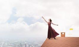 Концепция свободы и счастья с девушкой наслаждаясь этой жизнью r стоковое фото