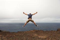 Концепция свободы или приключения - скачка молодого человека стоковые изображения