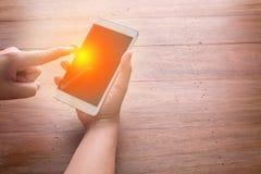 Концепция связи телефона отжимать руки умная jpg Стоковые Фотографии RF