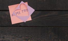 Концепция сексуальных домогательств, злоупотребление, надоедание Написанный тексту меня слишком на розовом стикере стоковое фото