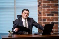 Концепция сети компьтер-книжки бизнесмена работая соединяясь, дело Стоковое фото RF