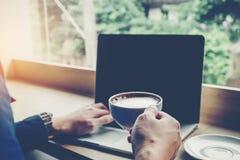 Концепция сети компьтер-книжки человека работая соединяясь в кофейне Стоковые Изображения
