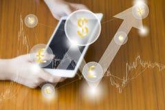 Концепция сети планшета дела технологии финансов Fintech Значок cogwheel денег с bitcoin eur доллара валюты облака торговля Стоковое Фото