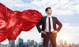 Концепция силы и успеха с супергероем бизнесмена в большом городе Стоковое Изображение RF