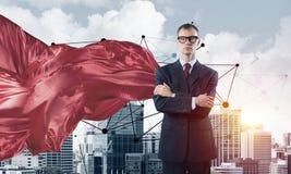 Концепция силы и успеха с супергероем бизнесмена в большом городе Стоковое Изображение