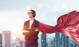 Концепция силы и успеха с супергероем коммерсантки в большом городе Стоковая Фотография