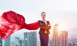 Концепция силы и успеха с супергероем коммерсантки в большом городе Стоковые Фото