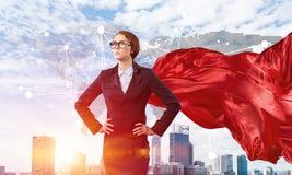 Концепция силы и успеха с супергероем коммерсантки в большом городе Стоковые Изображения