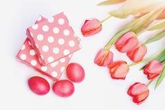 Концепция символов пасхи Пук цветков около розовых присутствующих коробок Стоковая Фотография