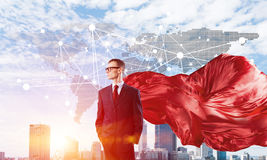 Концепция силы и успеха с супергероем бизнесмена в большом городе Стоковые Фотографии RF