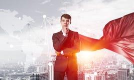 Концепция силы и успеха с супергероем бизнесмена в большом городе Стоковое фото RF