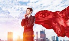 Концепция силы и успеха с супергероем бизнесмена в большом городе Стоковая Фотография