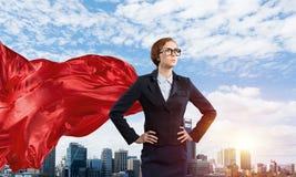Концепция силы и успеха с супергероем коммерсантки в большом городе Стоковые Фотографии RF