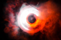 Концепция скорости - следа огня и дыма - показатель винила Горящий диск винила Игрок винила Turntable рекордный Ретро тональнозву Стоковая Фотография