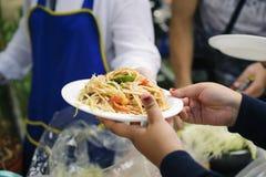 Концепция служа свободная еда к бедным: Свободная еда, используя остатки для того чтобы кормить голодное: Концепция еды надежды:  стоковые изображения