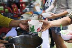 Концепция служа свободная еда к бедным: Свободная еда, используя остатки для того чтобы кормить голодное: Концепция еды надежды:  стоковые фото