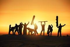 Концепция сноубординга катания на лыжах сноуборда лыжи группы счастливая Стоковые Фотографии RF