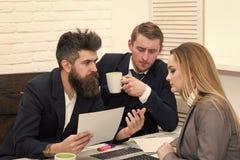 Концепция собеседования для приема на работу Деловые партнеры, бизнесмены на встрече, предпосылке офиса Хозяйничает интервьюируя  Стоковые Изображения