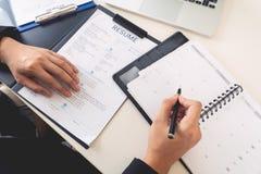 Концепция собеседования для приема на работу и рабочего места, выбранный встречи бизнесмен объясняя об его профиле и ответ челове стоковое фото rf
