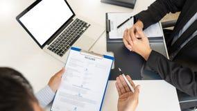 Концепция собеседования для приема на работу и рабочего места, выбранный встречи бизнесмен объясняя об его профиле и ответ челове стоковое изображение