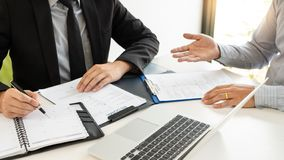 Концепция собеседования для приема на работу и рабочего места, выбранный встречи бизнесмен объясняя об его профиле и ответ челове стоковое фото