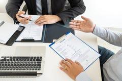 Концепция собеседования для приема на работу и рабочего места, выбранный встречи бизнесмен объясняя об его профиле и ответ челове стоковые фотографии rf